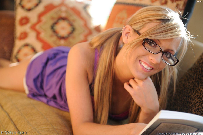 Роскошная сучка Leslie FTV в очках обнажает свои хорошенькие пальчики и бритую писю