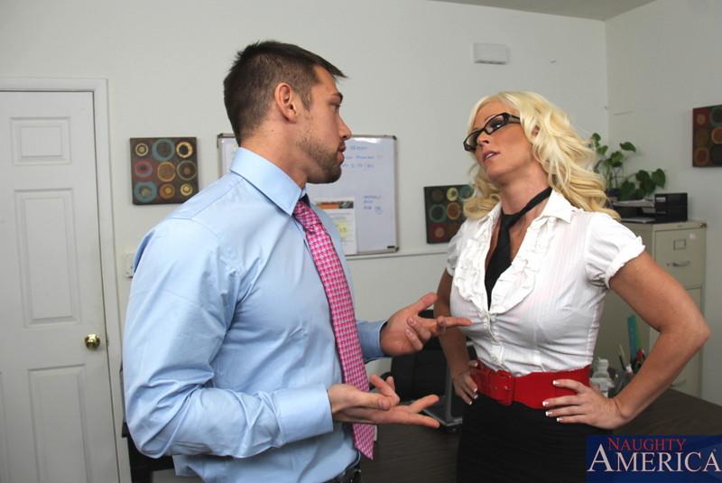 Пышногрудая блондинка в очках Kaylee Brookshire наслаждается жестким интимом и брызгами кончи