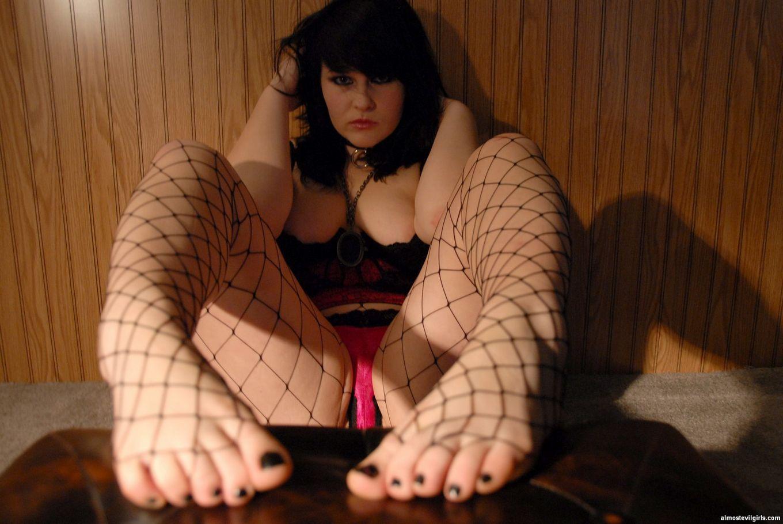 Пышечка Сэди трахает страсть к футфетишу, ее крупные пальцы на ножках жаждут ласки мужского языка