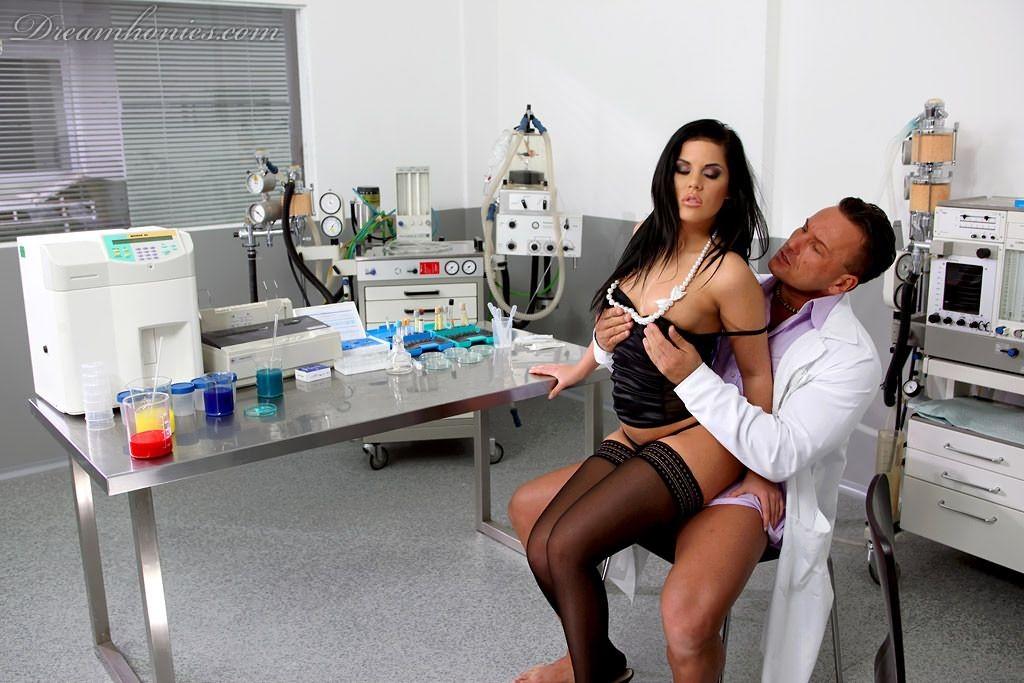 Хардкор с медсестрой в темных чулочках