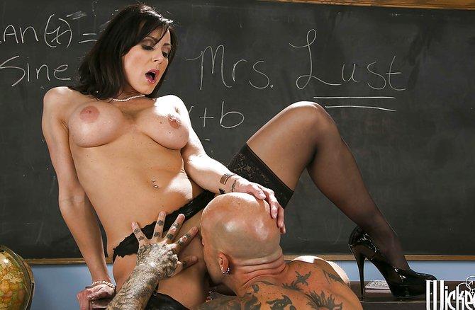 Мужик выеб учительницу прямо на столике